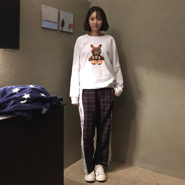 BSRABBIT bsrabbit@BSRABBIT CELEBRITY 공승연 비에스래빗 BSRABBIT KBS2 드라마 '너도 인간이니?' 15-16회 의상 협찬  MONSTER RABBIT CREWNECK WHITE BSR CHECK TRACKPANTS NAVY